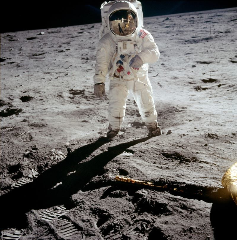 neil armstrong on the moon - 800×808